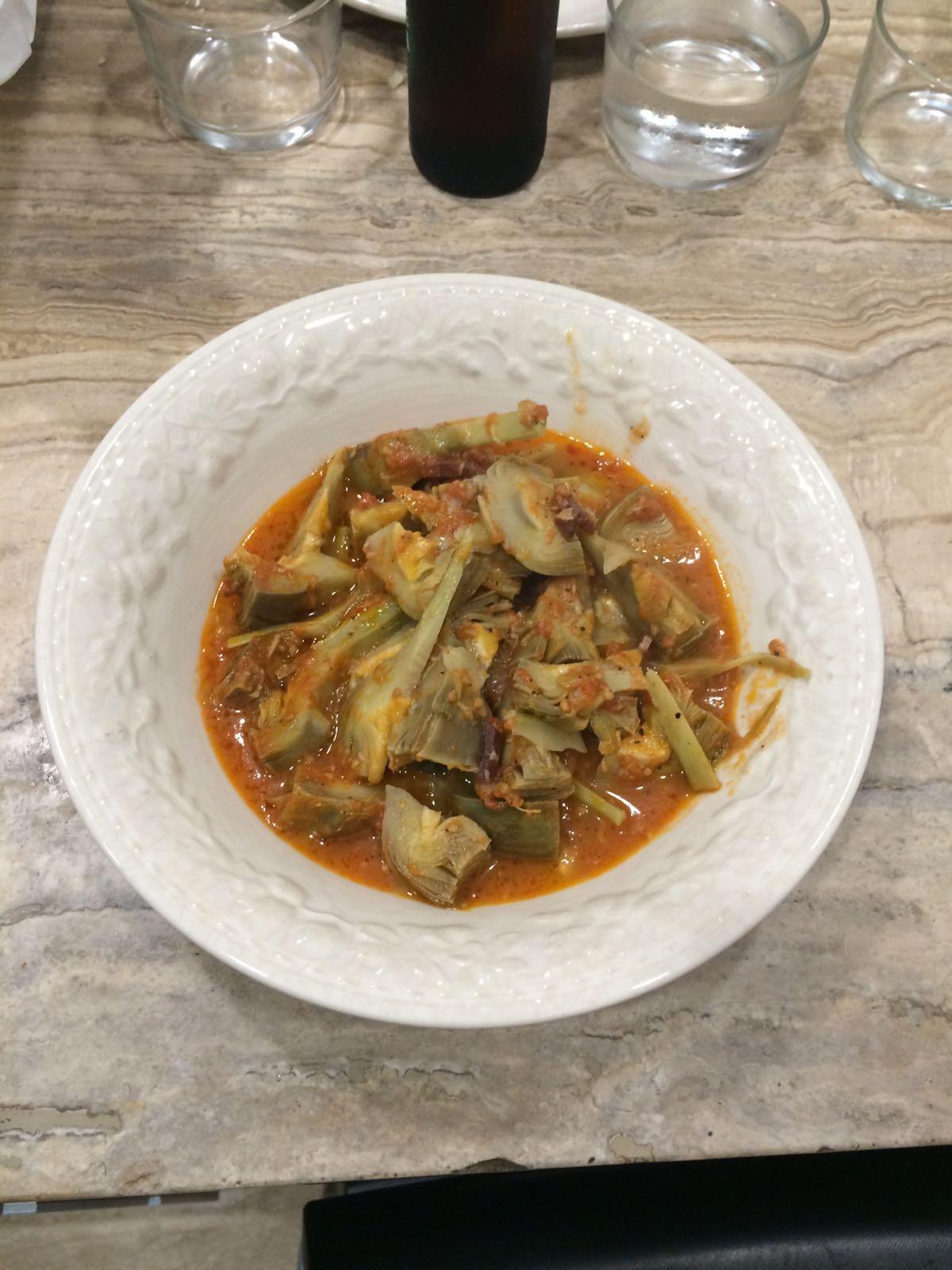 Alcachofas en su jugo con tomate